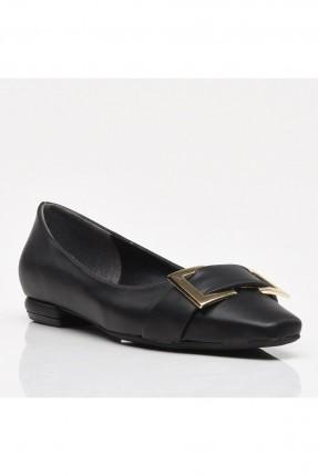 حذاء نسائي مزين بمشبك معدني