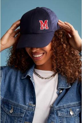 قبعة نسائية مزينة بطبعة M