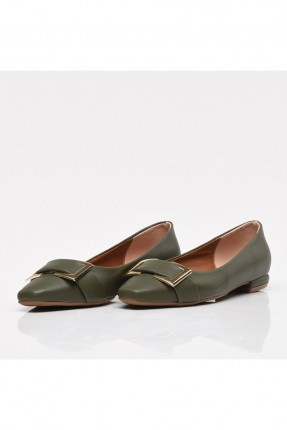 حذاء نسائي مزين بمشبك
