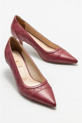 حذاء نسائي مزين بخطوط محبوكة