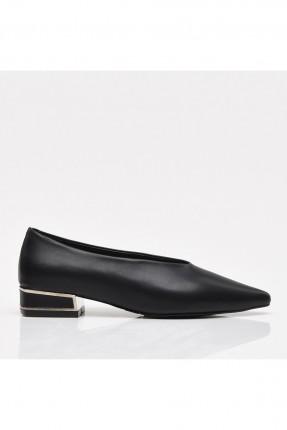 حذاء نسائي مزين بقطعة معدنية على الكعب