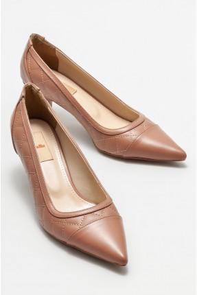 حذاء نسائي مزين بنقش مربعات