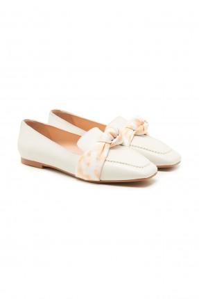 حذاء نسائي مزين بشريط منقوش