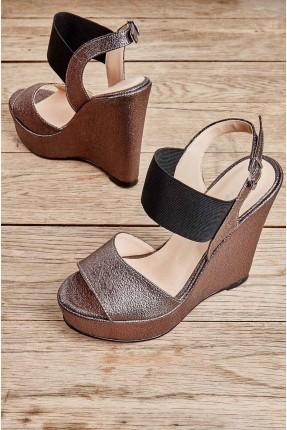 حذاء نسائي مزين بمطاط