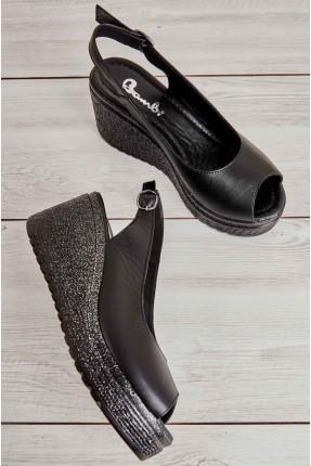حذاء نسائي مزين بقفل معدني