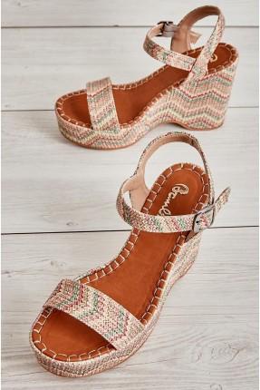حذاء نسائي مزين بخيوط ملونة