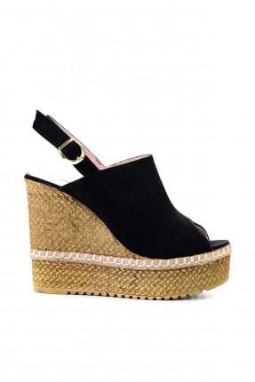 حذاء نسائي مزين بخيط ابيض