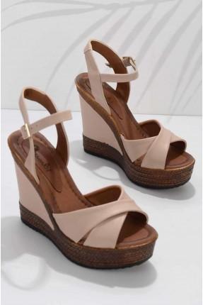 حذاء نسائي مزين بشعار الماركة