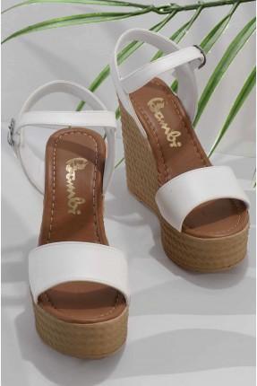 حذاء نسائي مزين بحزام
