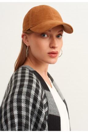قبعة نسائية مزينة بخطوط محبوكة