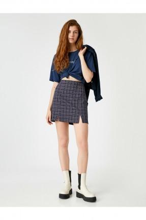 تنورة قصيرة مزينة بشق