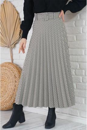 تنورة طويلة مزينة بطيات