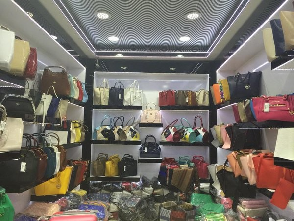 567084f5d ... من اسطنبول وهي بمثابة العاصمة الاقتصادية في البلاد على بناء منصات عرض  البضائع الجميلة بأرخص الأسعار، حيث بإمكانك شراء حقيبة يد نسائية بسعر 40  ليرة تركية ...