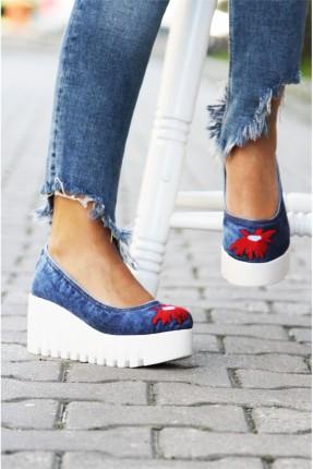 حذاء نسائي مطرز
