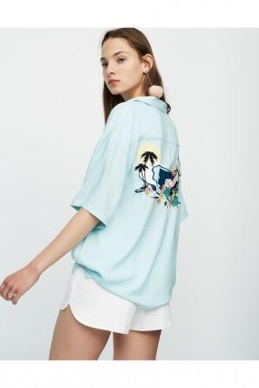 قميص نسائي مع طبعة من الخلف