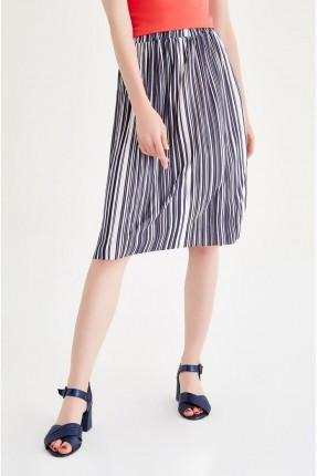 تنورة قصيرة مقلمة